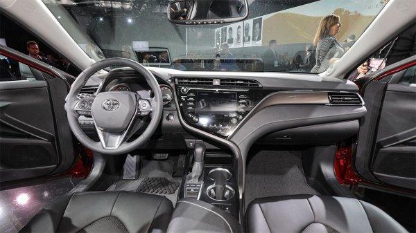 Серая обшивка интерьера Toyota Camry 2018