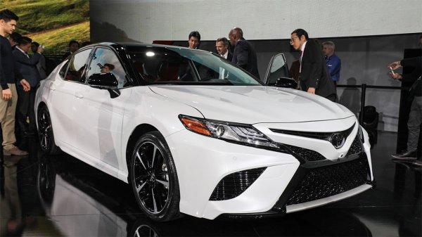 Белая Toyota Camry 2018
