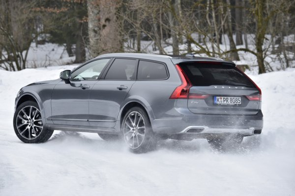 Универсал Volvo V90 Cross Country, вид сзади
