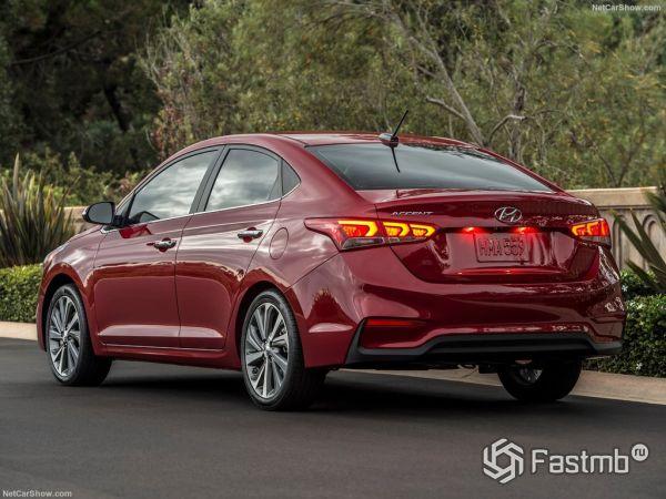 Hyundai Accent 2018, вид сзади и сбоку слева