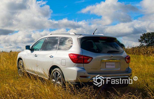 Nissan Pathfinder 2018, вид сзади