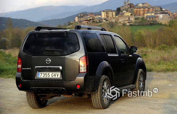 Nissan Pathfinder 2009, вид сзади
