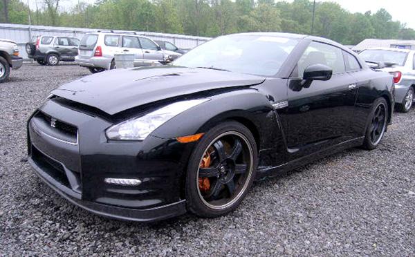 Битый Nissan GT-R
