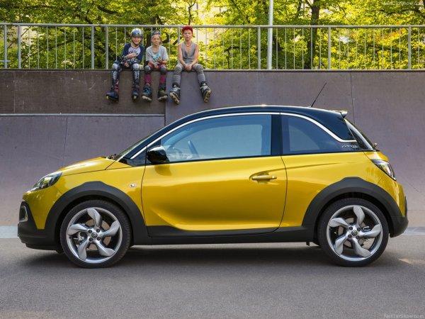Желтый Opel Adam Rocks