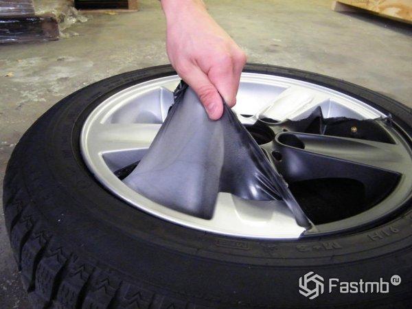 Снятие жидкой резины с дисков автомобиля