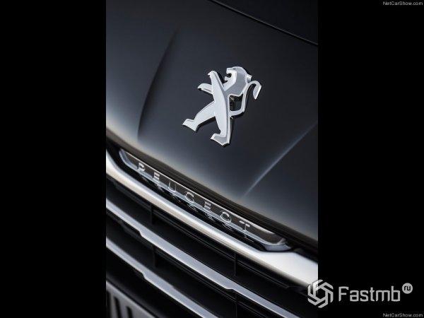 Эмблема Peugeot на капоте