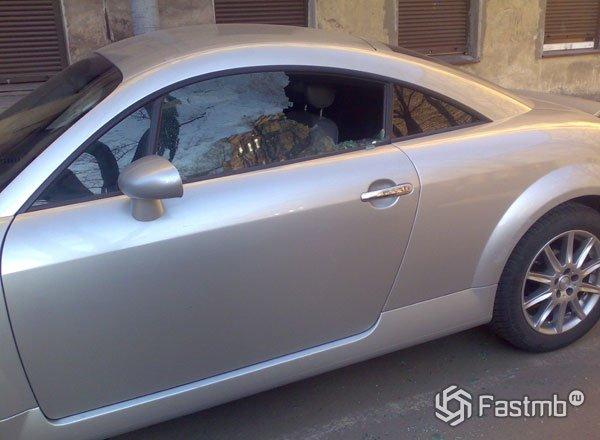 Разбиваем стекло, чтоб открыть автомобиль