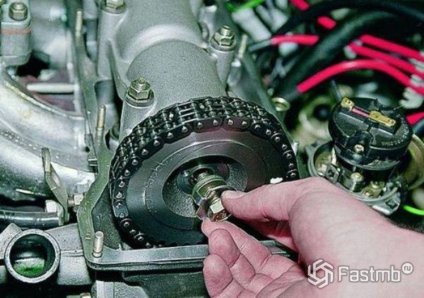 Снятие шестерни привода распредвала ВАЗ 2107