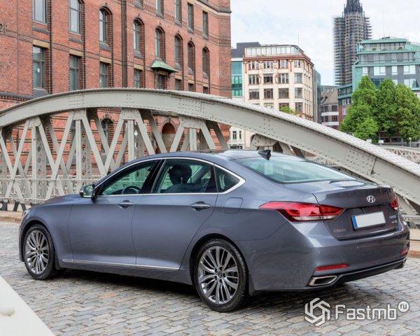 Hyundai Genesis, вид сзади
