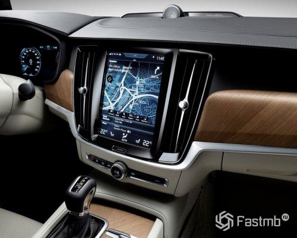 Большой дисплей на передней панели Volvo V90