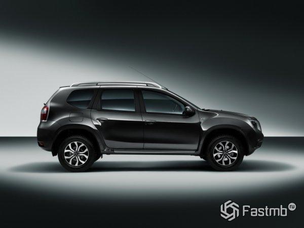 Nissan Terrano - вид сбоку справа