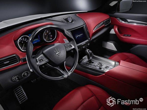 Maserati Levante 2017, рулевое колесо и приборная панель