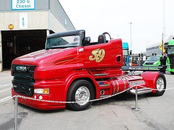 Уникальный 1000-сильный тягач Scania показали на Украине