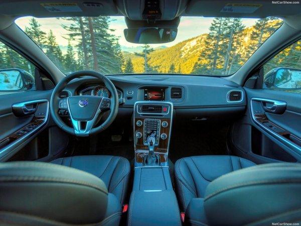 V60 Cross Country 2016, руль и панель управления