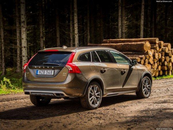 Volvo V60 Cross Country 2016, вид сзади и сбоку справа
