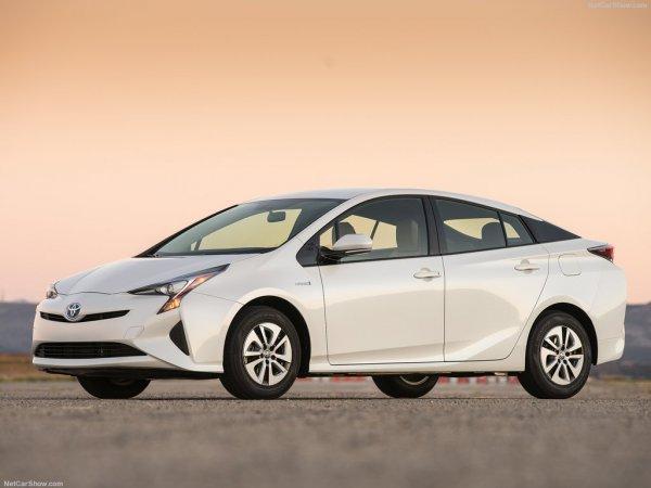 Toyota Prius 2016, вид спереди и сбоку слева