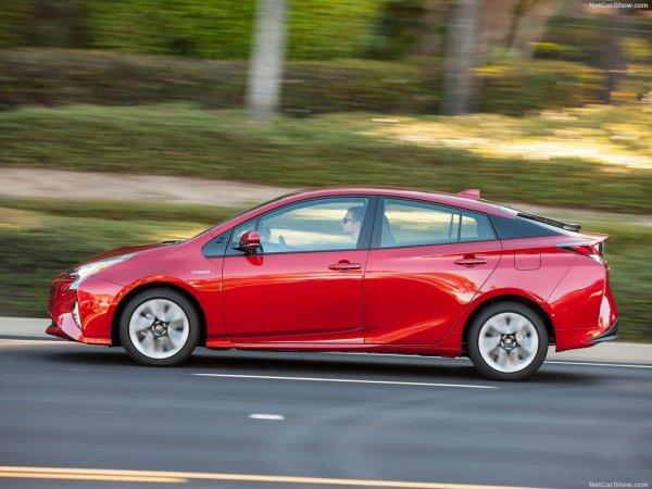 Toyota Prius 2016, вид сбоку слева