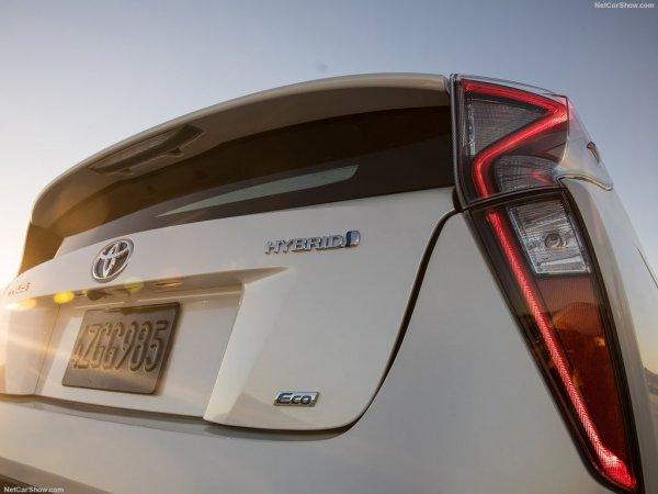 Prius 2016 года, задняя часть и задние правые фары