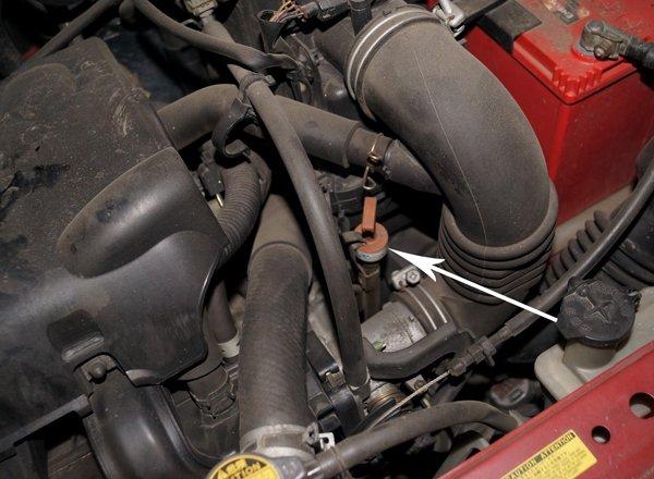 Щуп масла АКПП под капотом автомобиля