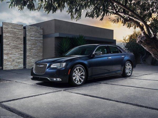 Chrysler 300 2015, вид спереди и сбоку слева