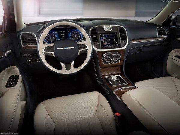 Крайслер 300 2015 года, руль и панель управления