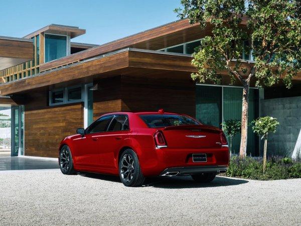 Chrysler 300 2015, вид сзади и сбоку слева