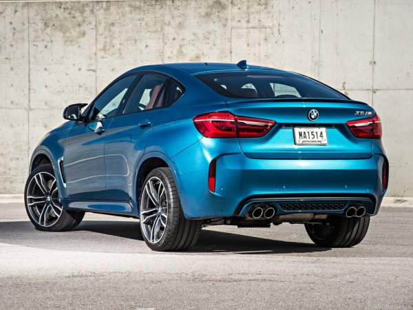 BMW X6 M 2016, вид сзади и сбоку слева
