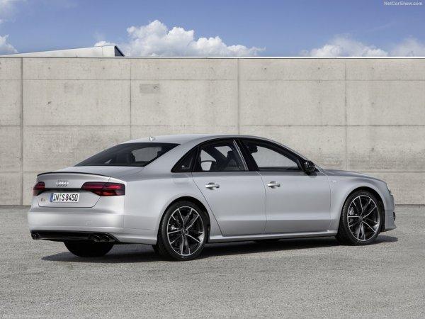 Audi S8 plus 2016, вид сзади и сбоку справа