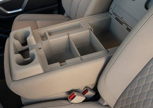 Вместительный подлокотник Nissan Titan