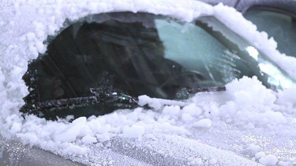 Правильно чистим машину от снега и льда