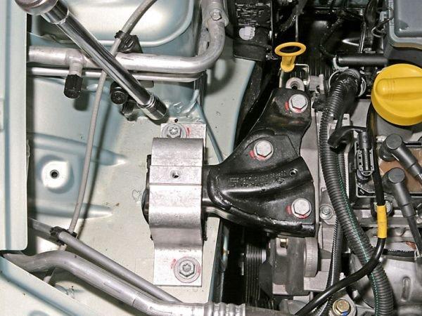 Демонтаж подушки двигателя Renault Logan 1,4