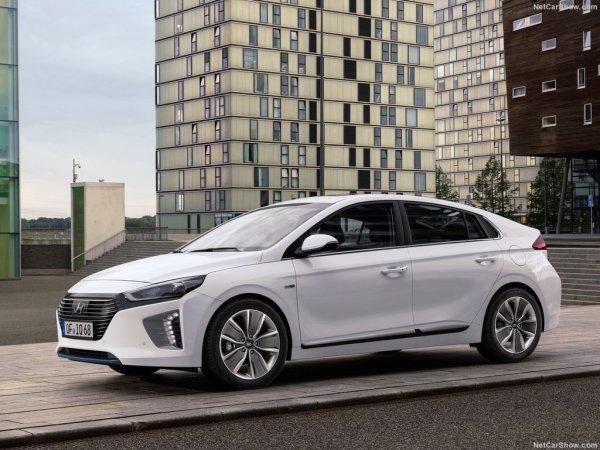 Hyundai Ioniq 2016 выглядит не хуже Приуса