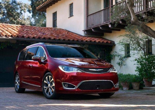 Семеный минивэн Chrysler Pacifica 2017