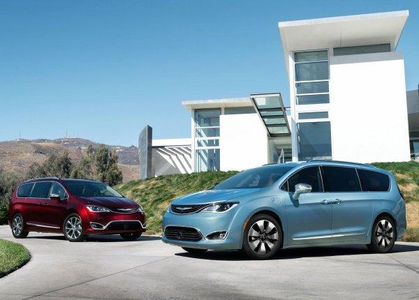 Chrysler Pacifica Hybrid (справа) и обычный Chrysler Pacifica (слева)