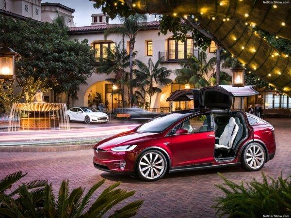 Tesla Model X 2017, вид сбоку слева, с открытыми дверьми