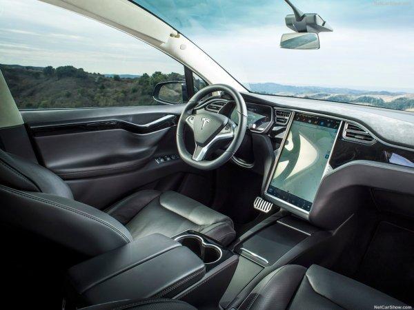 Тесла Модель X 2017 года, руль и панель управления