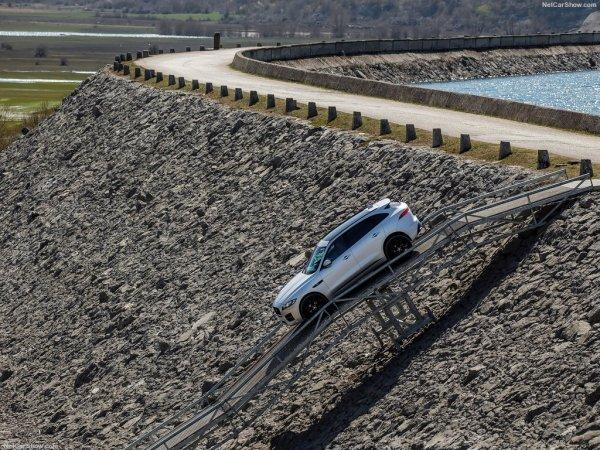 Jaguar F-Pace 2017 на крутом склоне