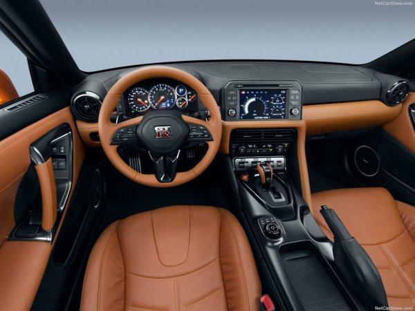 Салона Nissan GT-R 2017 года предлагается в различных вариантах отделки