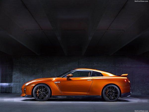 Nissan GT-R 2017 сбоку