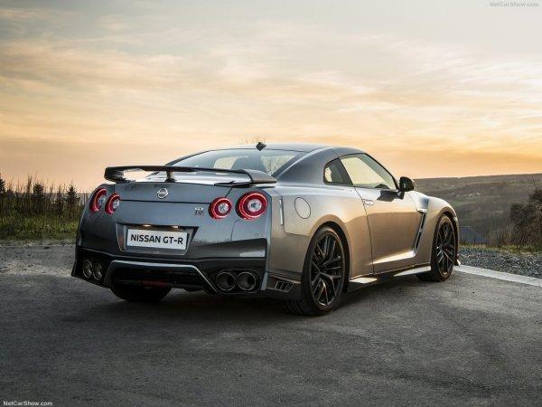 Ниссан GT-R 2017 - вид сзади
