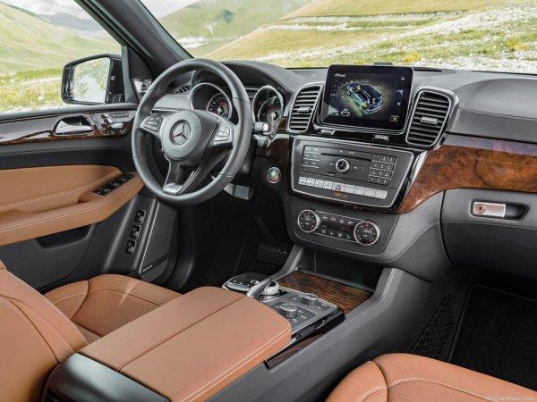 Мерседес-Бенц GLS 2017 года, руль и панель управления