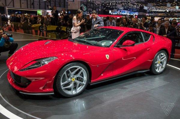 Новый Ferrari 812 Superfast, вид сбоку