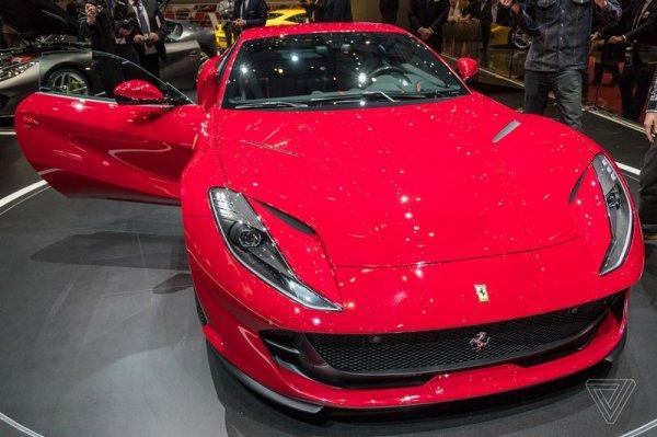 Новый Ferrari 812 Superfast, вид спереди