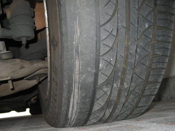 Изношенная шина автомобиля