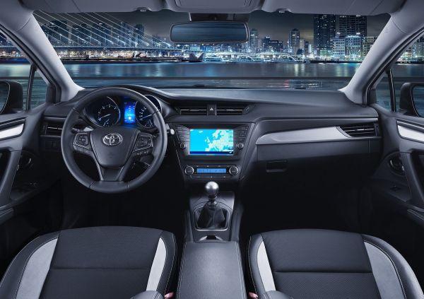 Интерьер новой Toyota Avensis 2016