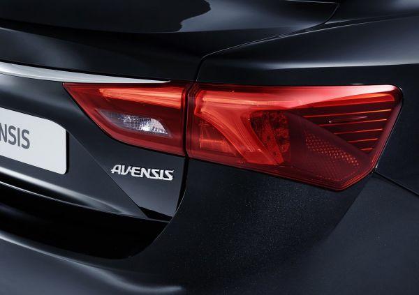 Задняя оптика Toyota Avensis 2016