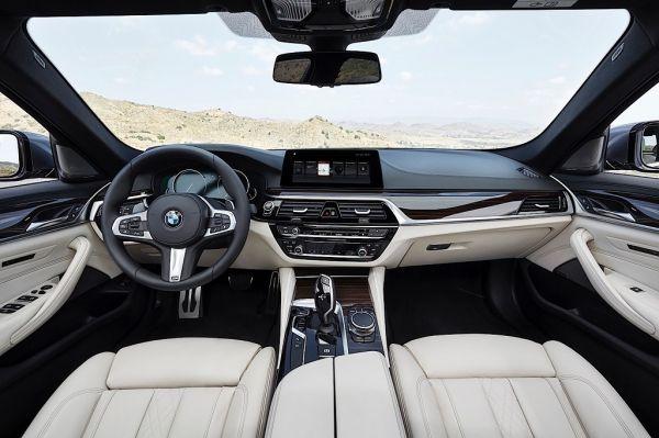 БМВ 5 Series G30 2017 года, руль и панель управления