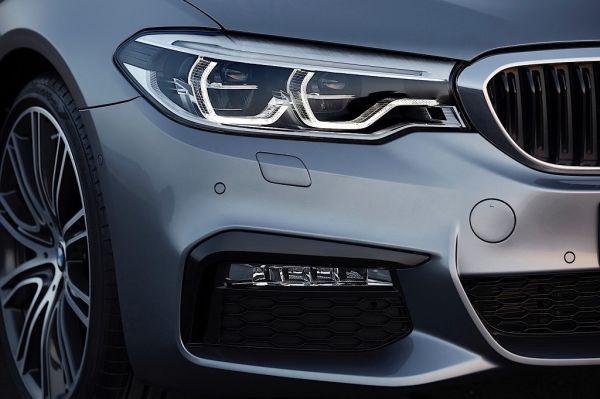 BMW 5 Series G30 2017, передние правые фары