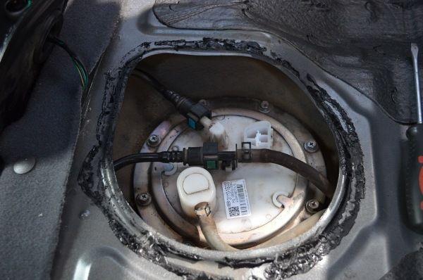 Замена топливного фильтра Киа Рио - сняли лючок под сидением