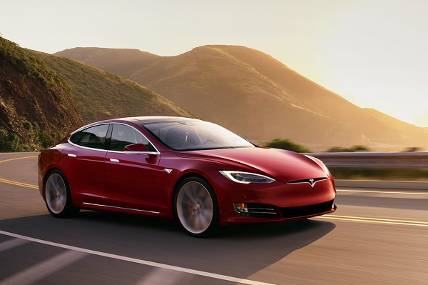 Tesla Model X P100D, вид спереди и сбоку справа